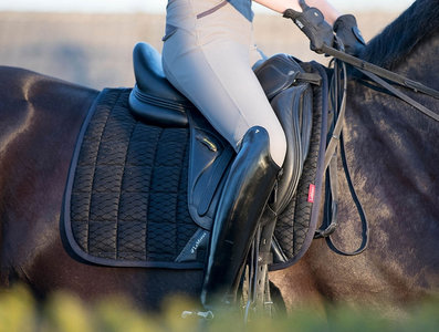 Le Mieux Mesh Carbon Air Zadeldek met Bridle & Ride Logo in bijpassende kleur